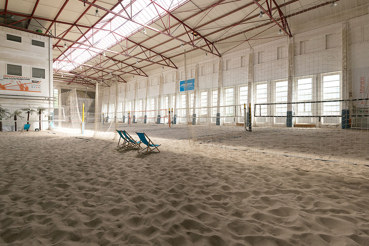 area85-beachvolleyball-halle-liegestuehle-1200x800